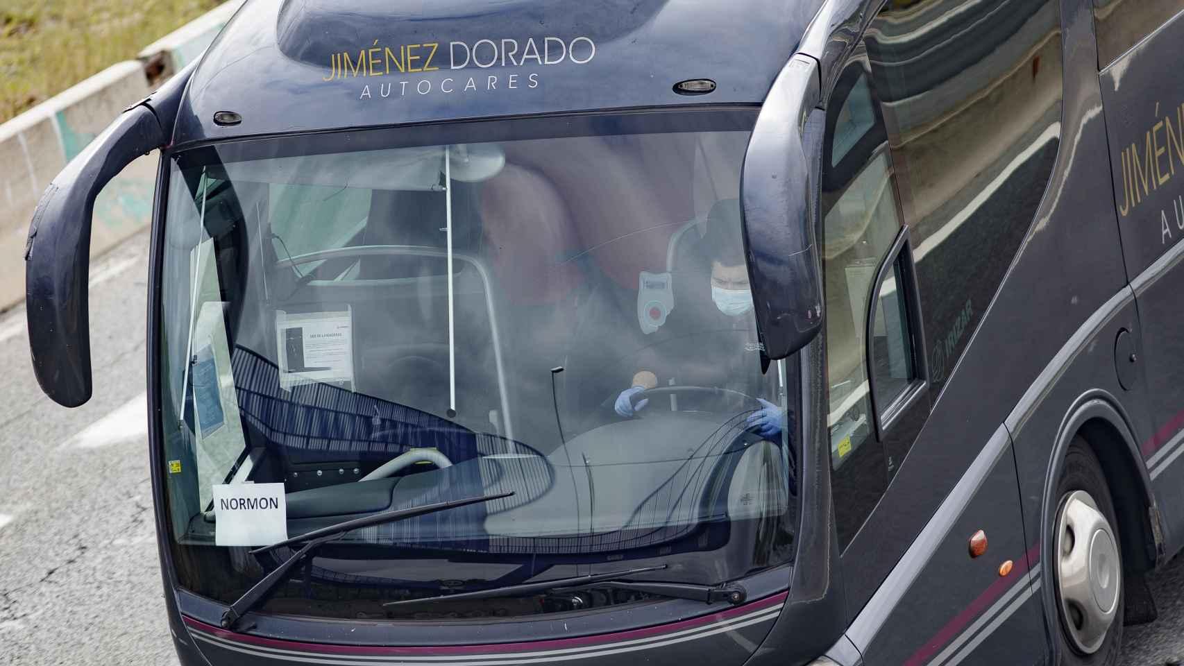 Un conductor de autobús conduciendo con las medidas de protección.