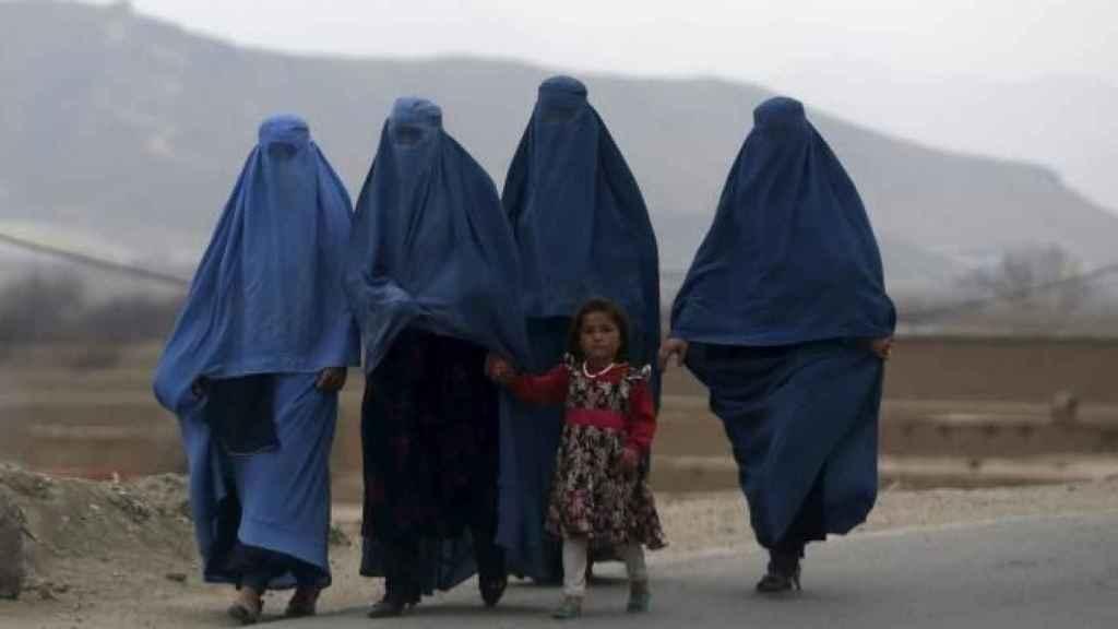 Varias mujeres afganas caminan vistiendo un burka.