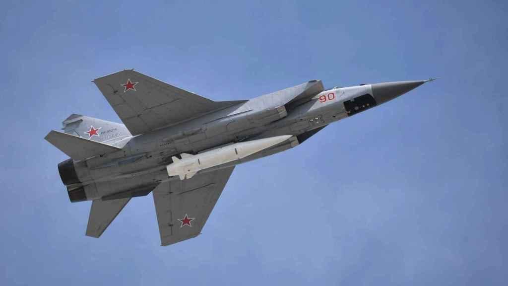 MiG-31 portando un misil
