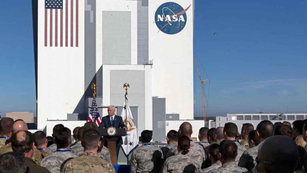 Mike Pence, vicepresidente de Estados Unidos, frente al equipo de la United States Space Command