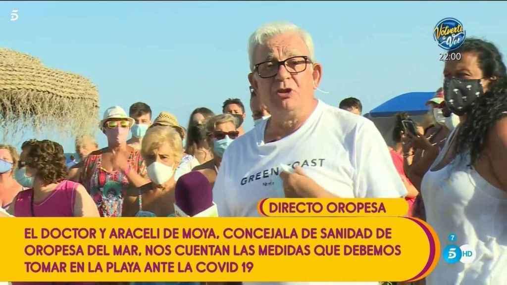 Jesús Sánchez Martos durante una conexión en directo con 'Sálvame' desde una playa.