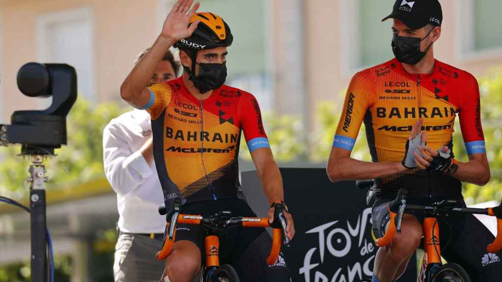 Mikel Landa saluda al público del Tour de Francia