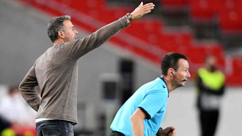 Luis Enrique dando indicaciones durante el partido de España