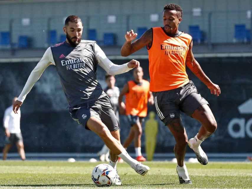 Benzema protege el balón frente a Militao