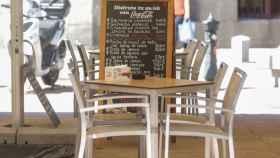 Una mesa vacía en la terraza de un restaurante de Madrid.
