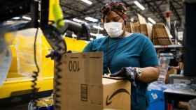 Una trabajadora de Amazon.