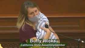 Buffy Wicks, durante su intervención con el bebé.