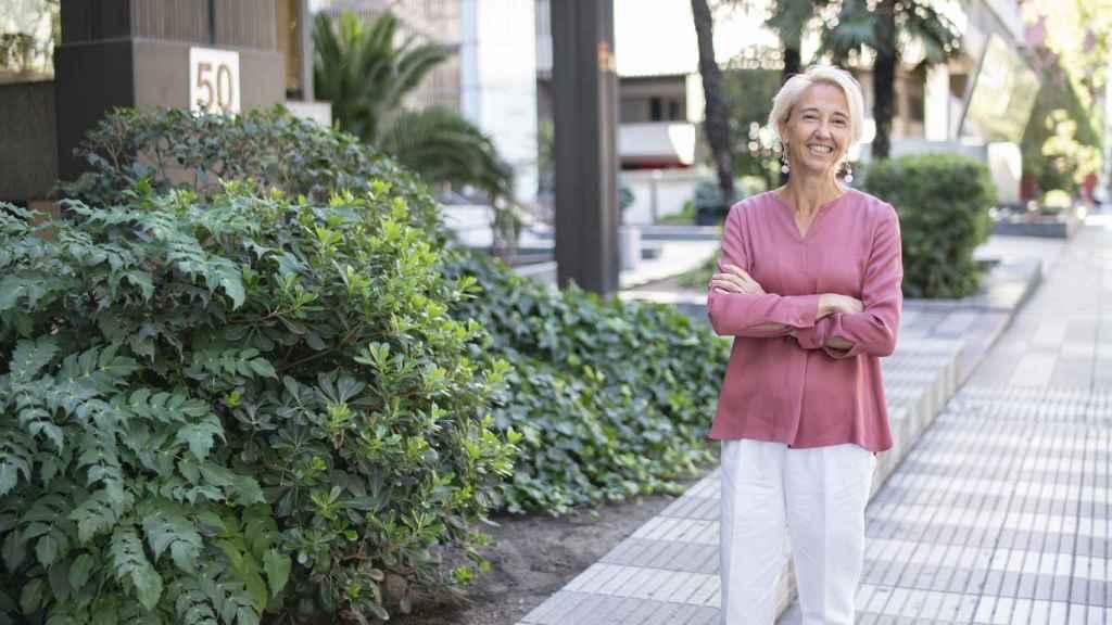 Isabel Sánchez posa para EL ESPAÑOL en el exterior de la sede del Opus Dei en Madrid.
