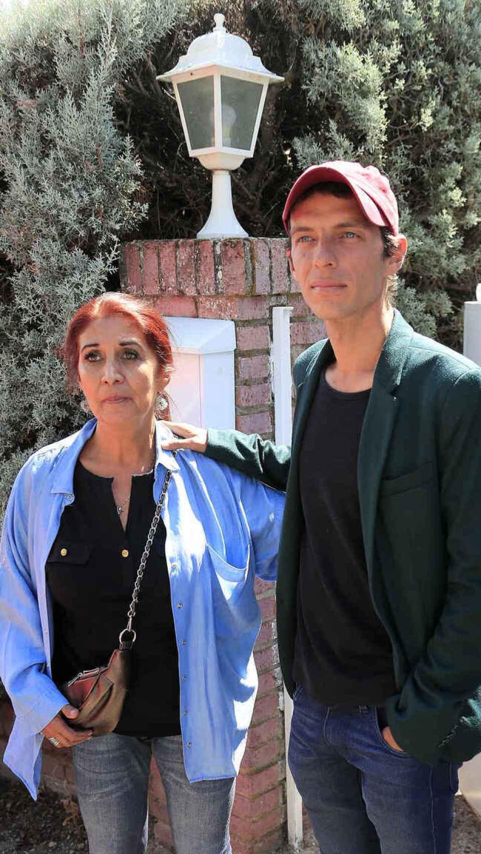 Lourdes y su hijo en la casa de Torrelodones.