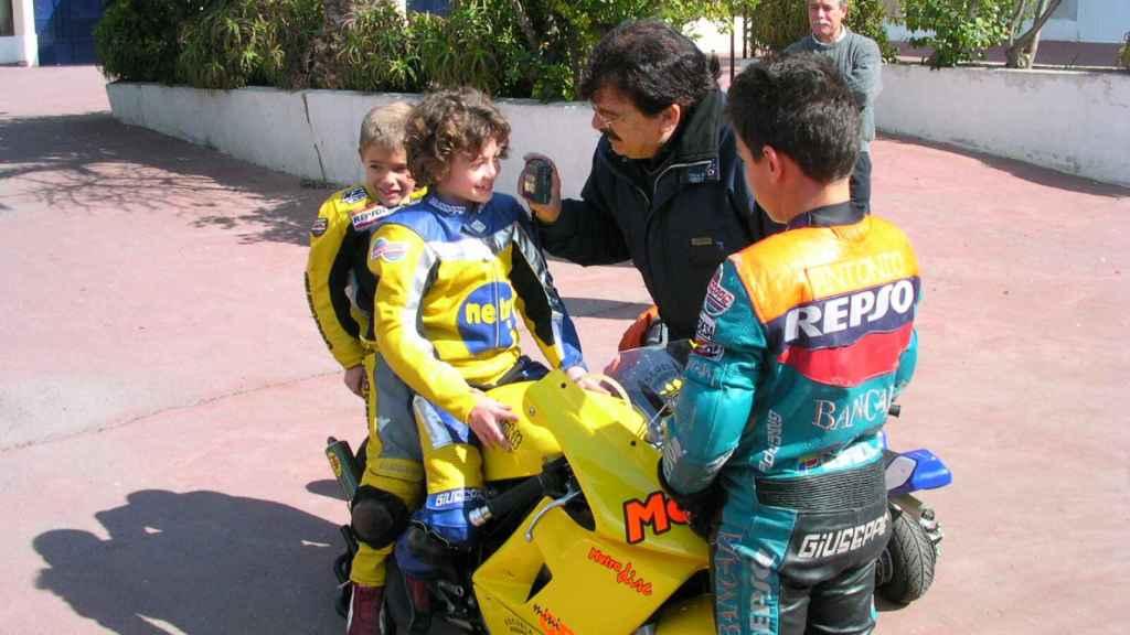 Ana Carrasco, con siete años, subida a una minimoto.