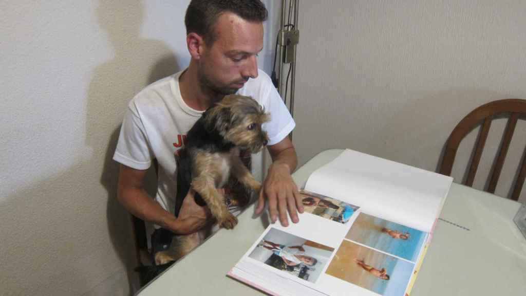 Joaquín Begines, el padre de Lucía, con su perra en su casa en una imagen de archivo.