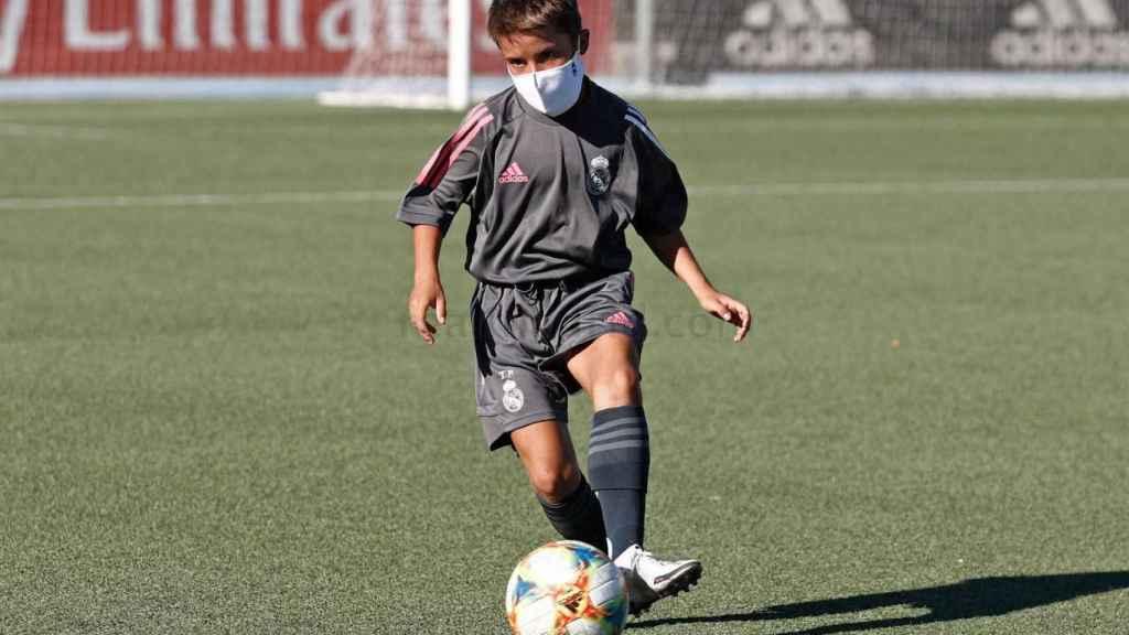 Un jugador Infantil del Real Madrid, durante un entrenamiento