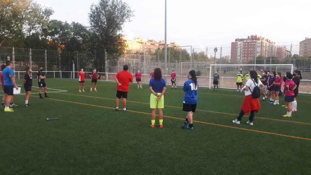 Las jugadoras del Escuela de Fútbol Carabanchel de categoría juvenil femenina