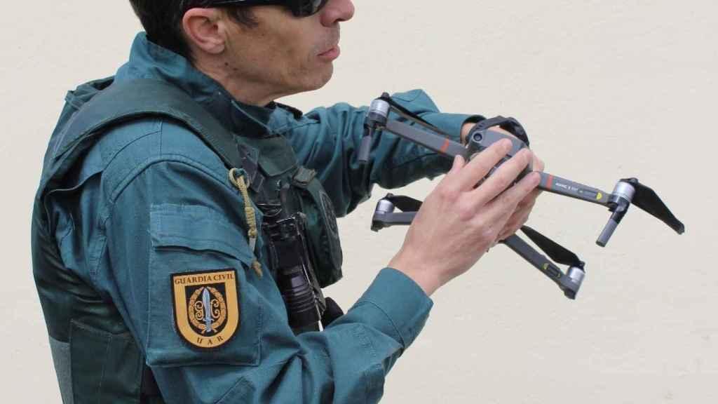El Sargento Regalado manejando los drones del GAR.