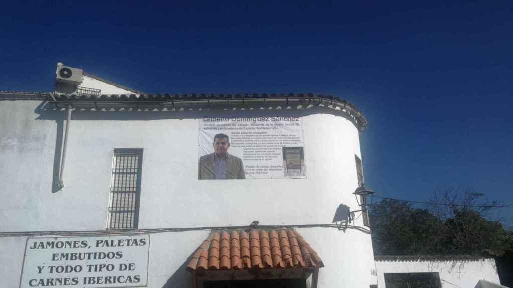 Pancarta del alcalde de Jabugo colocada por un empresario de la localidad.