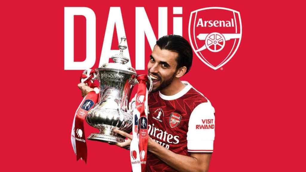 Ceballos posa con el título del Arsenal