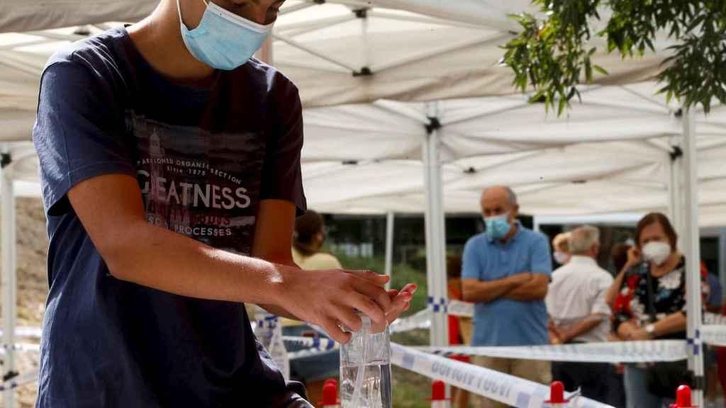 Cola para el cribado masivo con tests PCR en Sant Boi del Llobregat. EFE/Quique García