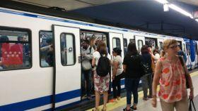 Un vagón de Metro de Madrid en hora punta.
