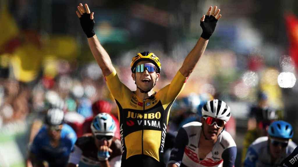 Van Aert celebra la victoria en la séptima etapa del Tour