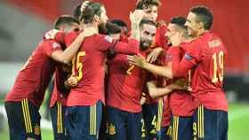 Piña de la Selección Española para celebrar el empate ante Alemania