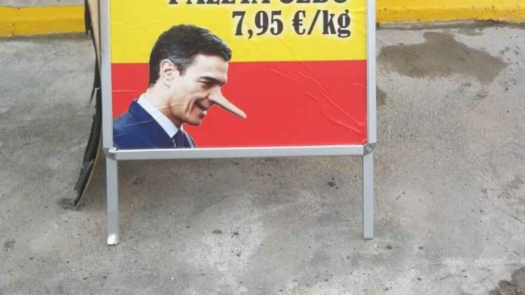 El cartel de los jamones 'anti Sánchez' de una empresa de Jabugo.