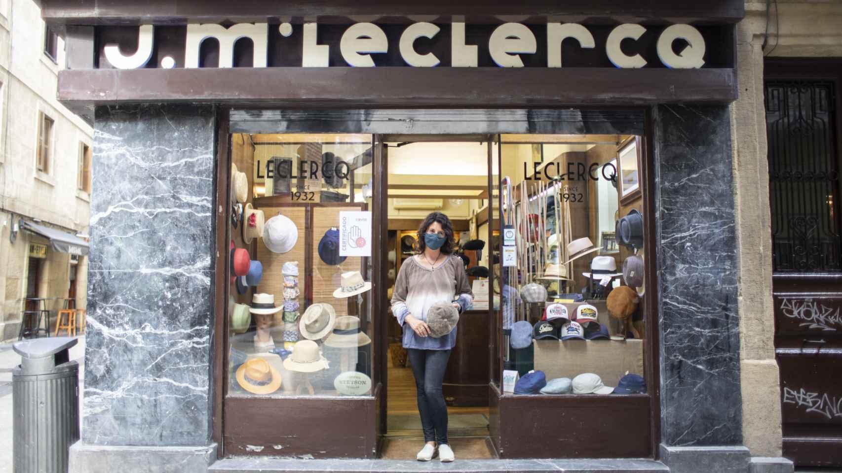 Eva, a las puertas de la Sombrerería Leclercq.