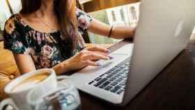 Una mujer navega en internet con su ordenador.