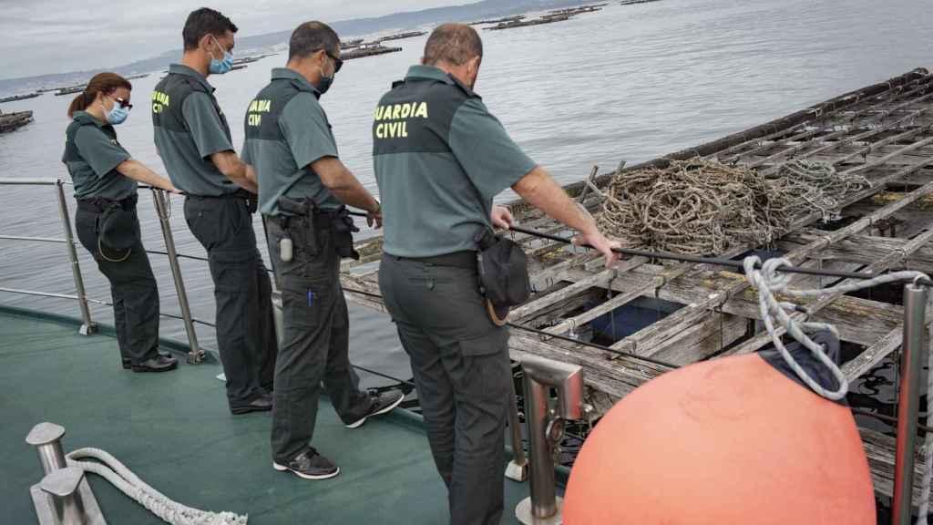 El servicio marítimo de la Guardia Civil vigila constantemente las rías pontevedresas con sus potentes embarcaciones.