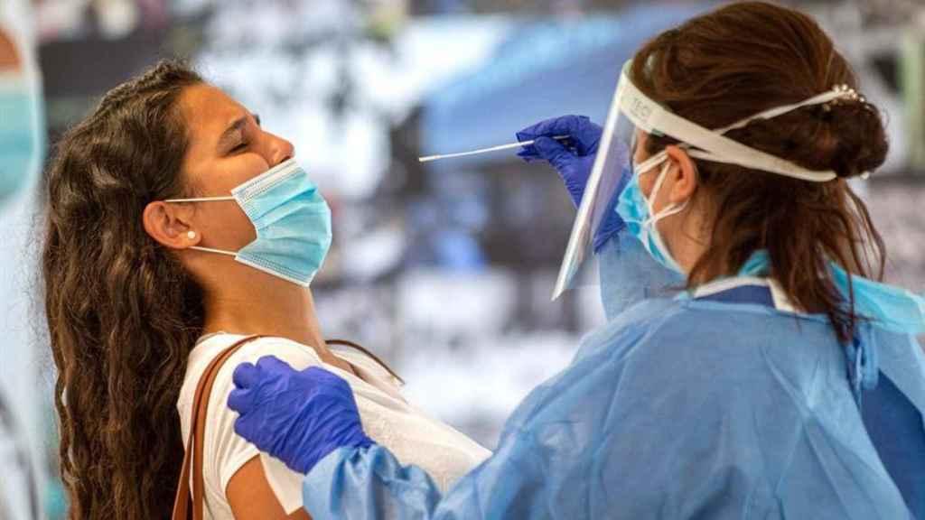 Una joven se somete  a una prueba PCR, en  Palma de Mallorca.