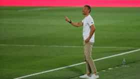 Luis Enrique da indicaciones durante el partido de España ante Ucrania