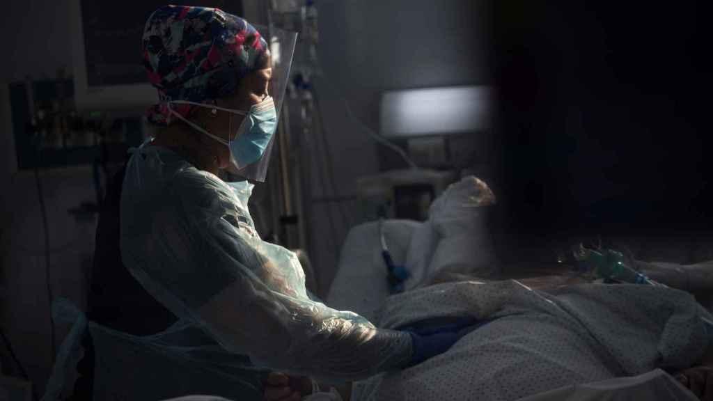 Personal sanitario atiende a un paciente afectado por la COVID-19 en una Unidad de Cuidados Intensivos.