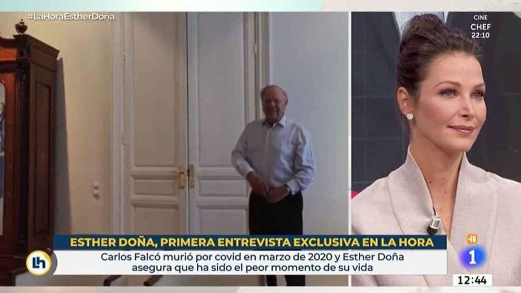 Esther Doña viendo las imágenes de su marido bailando en casa.