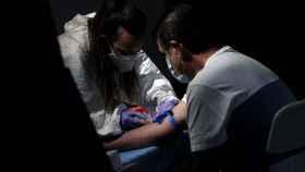 Un sanitario saca sangre a un hombre en el Centro de las Artes Auditorium Municipal de Arroyomolinos, Madrid.