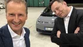 Los responsables de VW (Diess) y Tesla (Musk) posan juntos en este selfie.