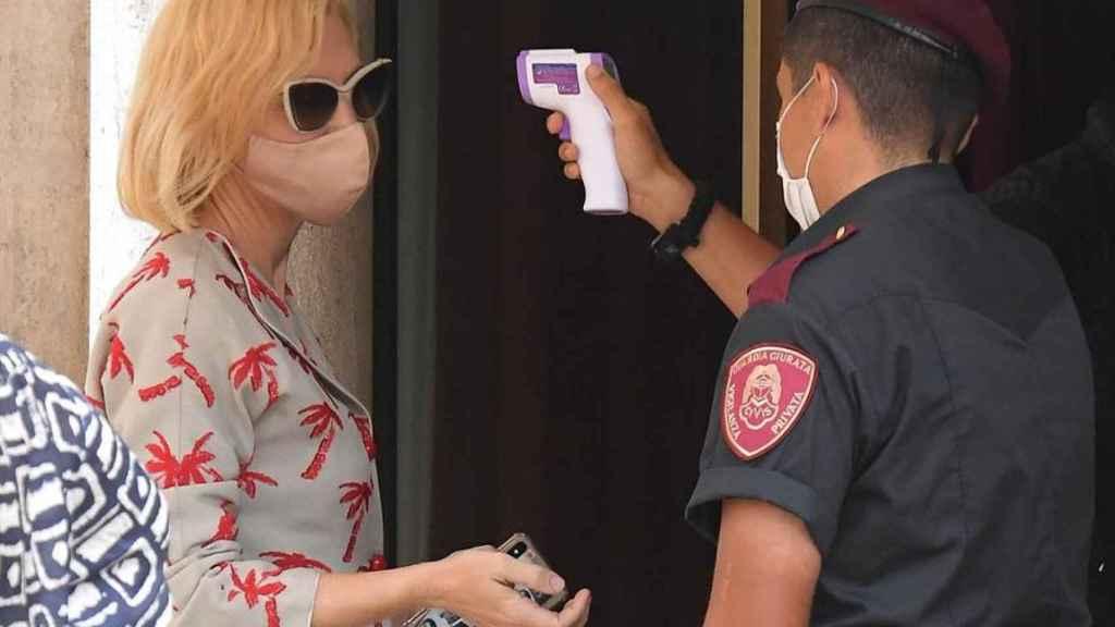 Cate Bñlanchett sometida al test de temperatura para entrar en su hotel.