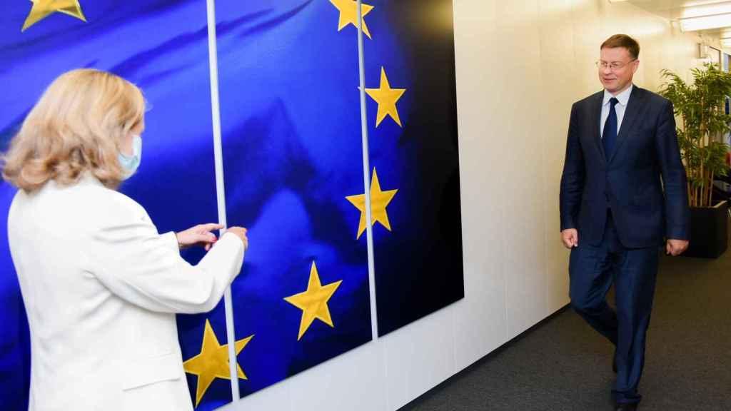 Nadia Calviño se ha visto este lunes con el vicepresidente Valdis Dombrovskis