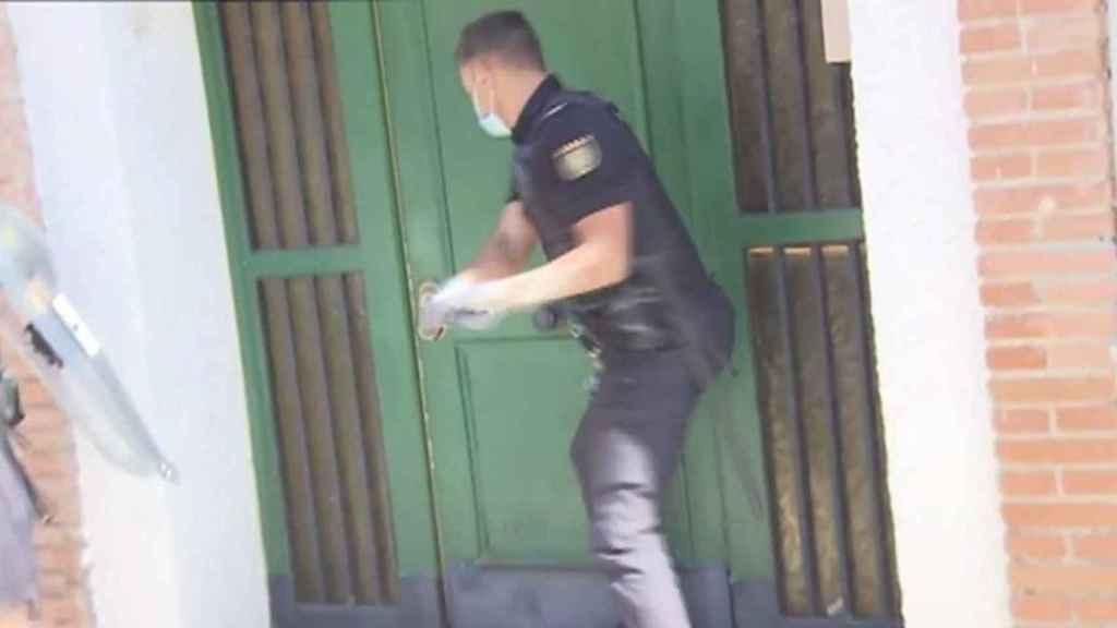 Unos agentes desalojan una vivienda 'okupada'.