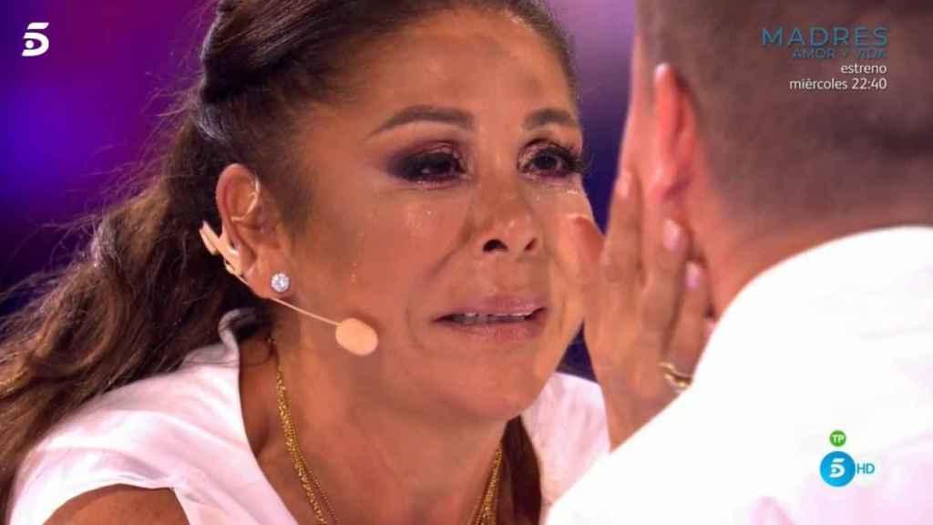 Isabel Pantoja emocionada tras la actuación de Antonio y su 'Marinero de luces'.