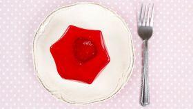 Un plato con gelatina de fresa.