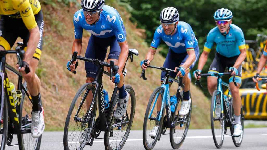 Enric Mas sigue Adam Yates en una etapa del Tour