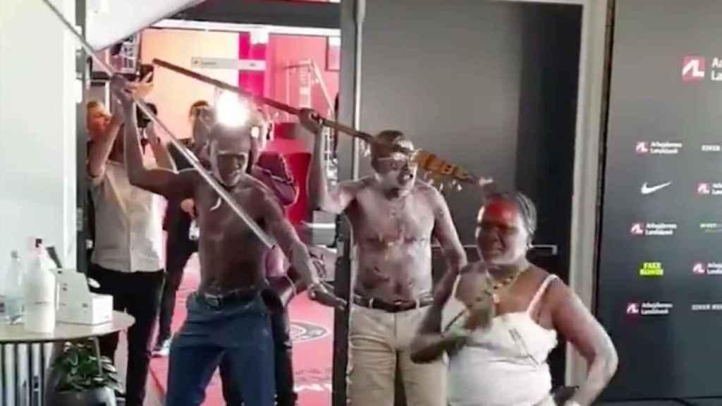 La danza sudanesa de los padres de Pione Sisto