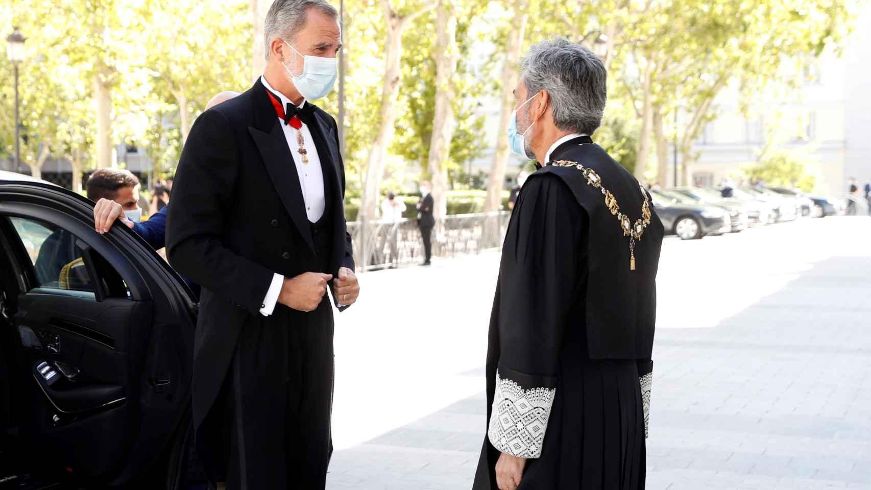 El rey Felipe VI es recibido por el presidente del Consejo General del Poder Judicial (CGPJ), Carlos Lesmes (d), antes de inaugurar el año judicial.
