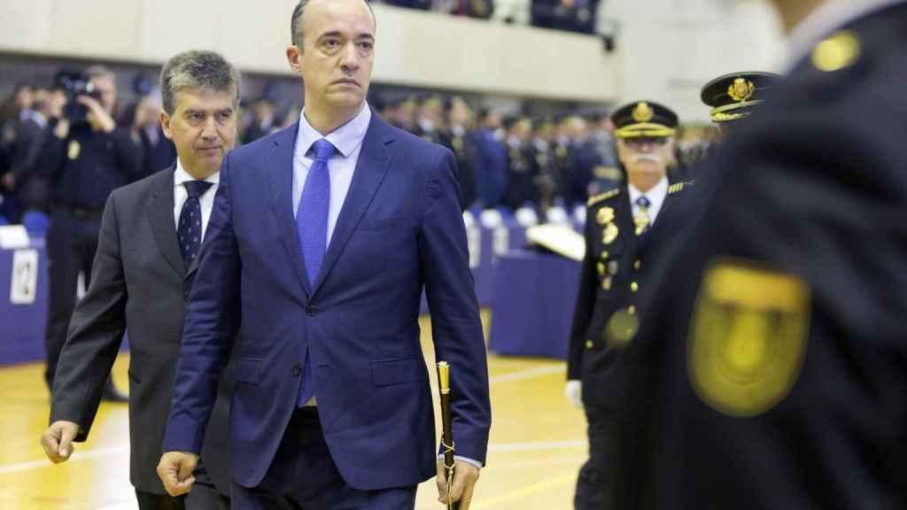 El ex secretario de Estado de Seguridad, Francisco Martínez, pasando revista a la Policía.