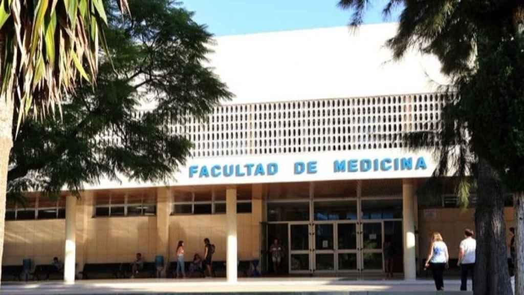 Fachada de la Facultad de Medicina de Málaga.