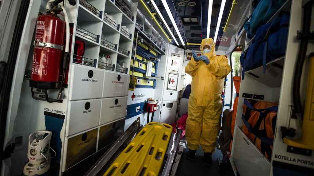 Un hombre desinfecta su ambulancia en el Hospital de Móstoles.