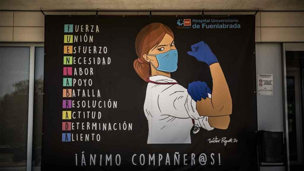Mensaje de ánimo que cuelga de la fachada del Hospital de Fuenlabrada.