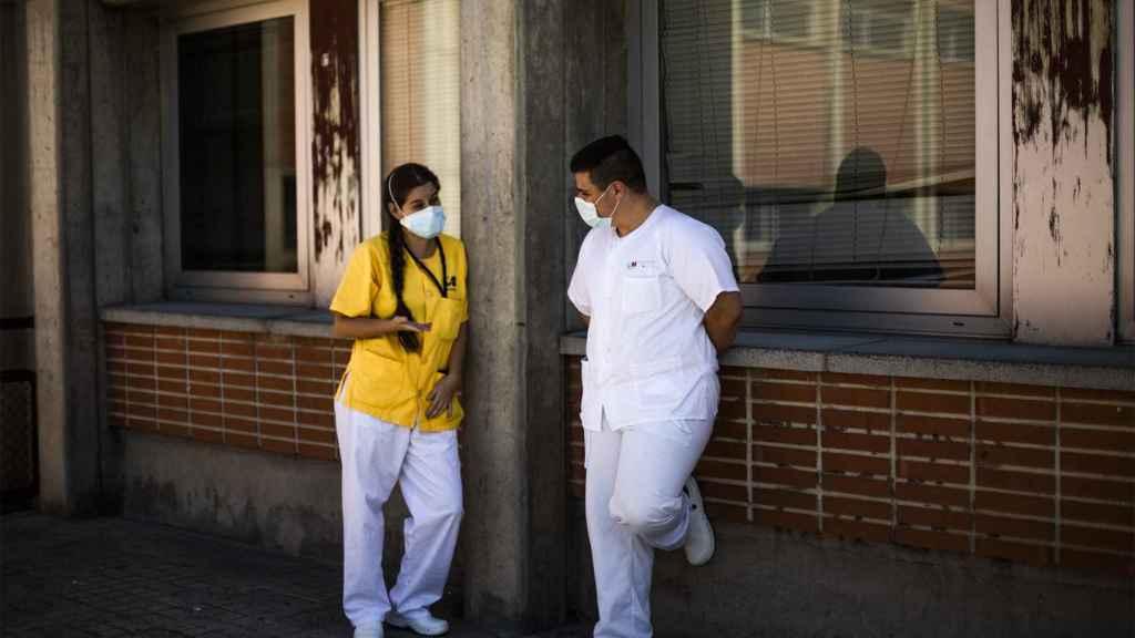 Dos sanitarios, en un descanso, en el Severo Ochoa.