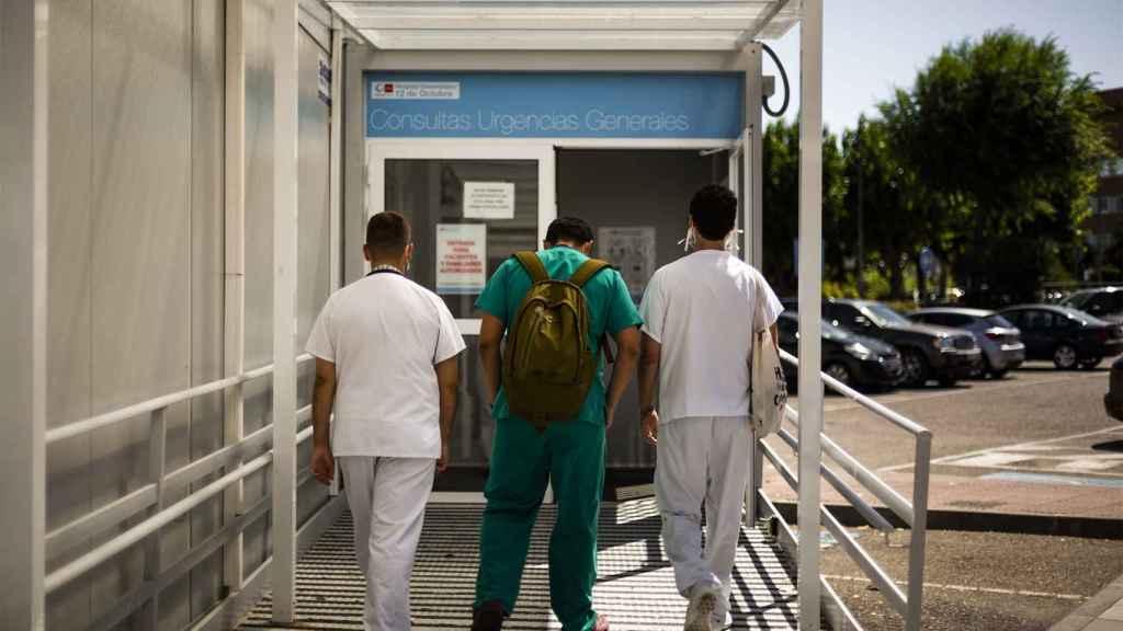 Enfermeros entrando en el módulo para Covid instalado en el parking del 12 de Octubre.