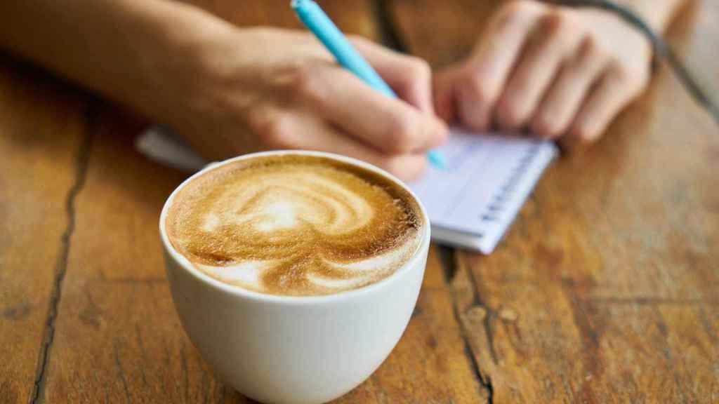 Un trabajador toma un café con leche.
