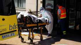 Personal sanitario del HULA trasladan a un paciente a una ambulancia medicalizada.